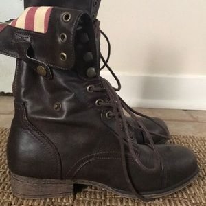 Foldable combat boots with red zipper